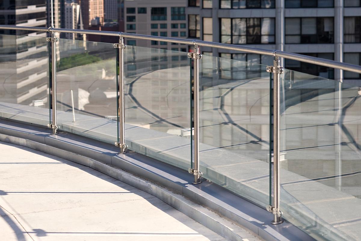 Barandas y Parapetos con vidrio templado y acero inoxidable